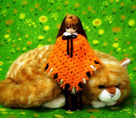 Комплект одежды для шарнирной куклы `Лиса`, вязаный из акрила и мерсеризованного хлопка. Комплект: платье, пояс с лисьим хвостиком, гетры, пончо и шапка-шарф с лисьей мордочкой, ушками и лапами.