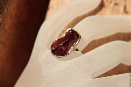 Кольца ручной работы. Ярмарка Мастеров - ручная работа. Купить Кольцо с необработанным гранатом. Handmade. Кольцо, бордовый, камни натуральные
