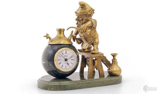 Часы для дома ручной работы. Ярмарка Мастеров - ручная работа. Купить Гномик-химик. Handmade. Гном, часы, Химия