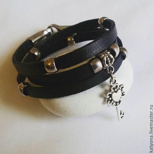 Браслеты ручной работы. Ярмарка Мастеров - ручная работа. Купить Кожаный браслет-намотка с подвеской. Handmade. Черный, украшение