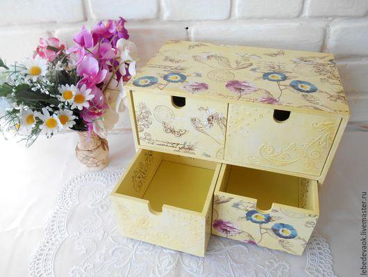внутренне пространство ящика задекорировано тканью. декупаж. ручная работа. винтажный стиль