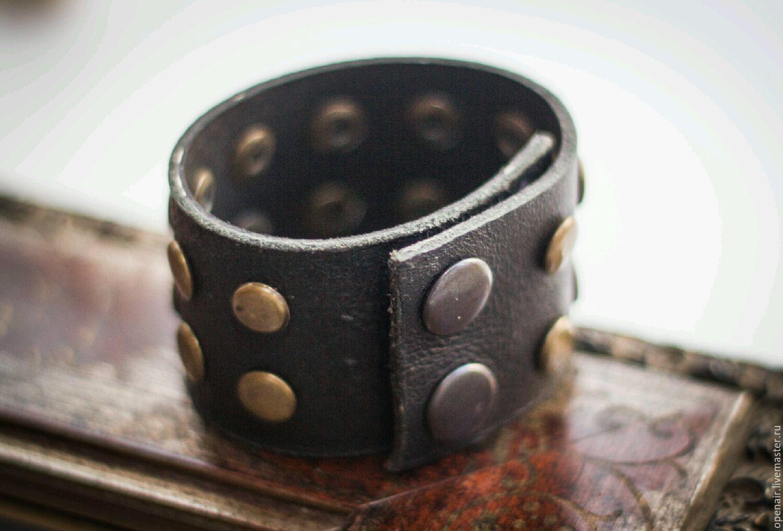браслет с заклёпками бронзового цвета