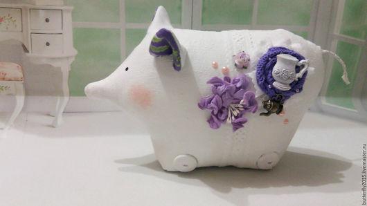 """Куклы Тильды ручной работы. Ярмарка Мастеров - ручная работа. Купить свинка в стиле шебби """"Кухонька"""". Handmade. Белый, фиолетовый"""