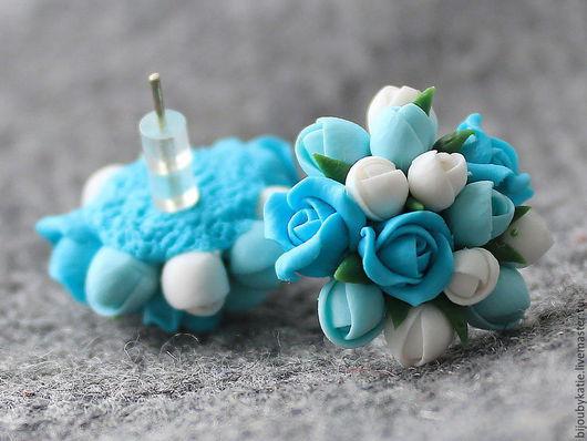 серьги - гвоздики полимерная глина бирюзовые цветы Серьги-гвоздики, выполненные в бело-бирюзовых  оттенках, что и кольцо, выставленное в магазине отдельным лотом