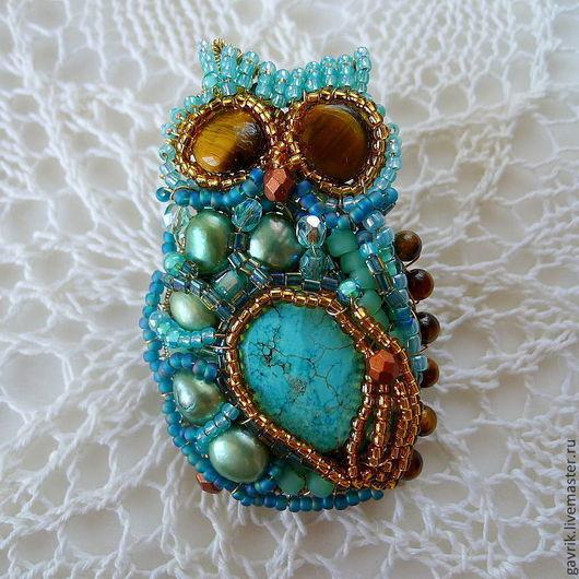 Брошь ручной работы из бисера и камней в форме совы.\r\nЭлегантная, женственная брошь для женщины, девушки.\r\nСвежий, легкий, универсальный бирюзовый цвет.\r\nНатуральные цвета, натуральные материалы.