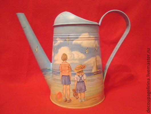 Лейка выполнена в технике декупаж с небольшой подрисовкой. Цинк с защитой от ржавчины. Воду не пропускает, хватает на несколько горшков с цветами, так же можно использовать как вазу.