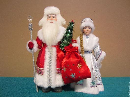 Дед Мороз в ушанке и Снегурочка. Дед Мороз в валенках, с ёлкой в руке,Снегурочка в серебристой парчовой шубке. Это самые любимые сказочные персонажи. Куклы ручной работы.
