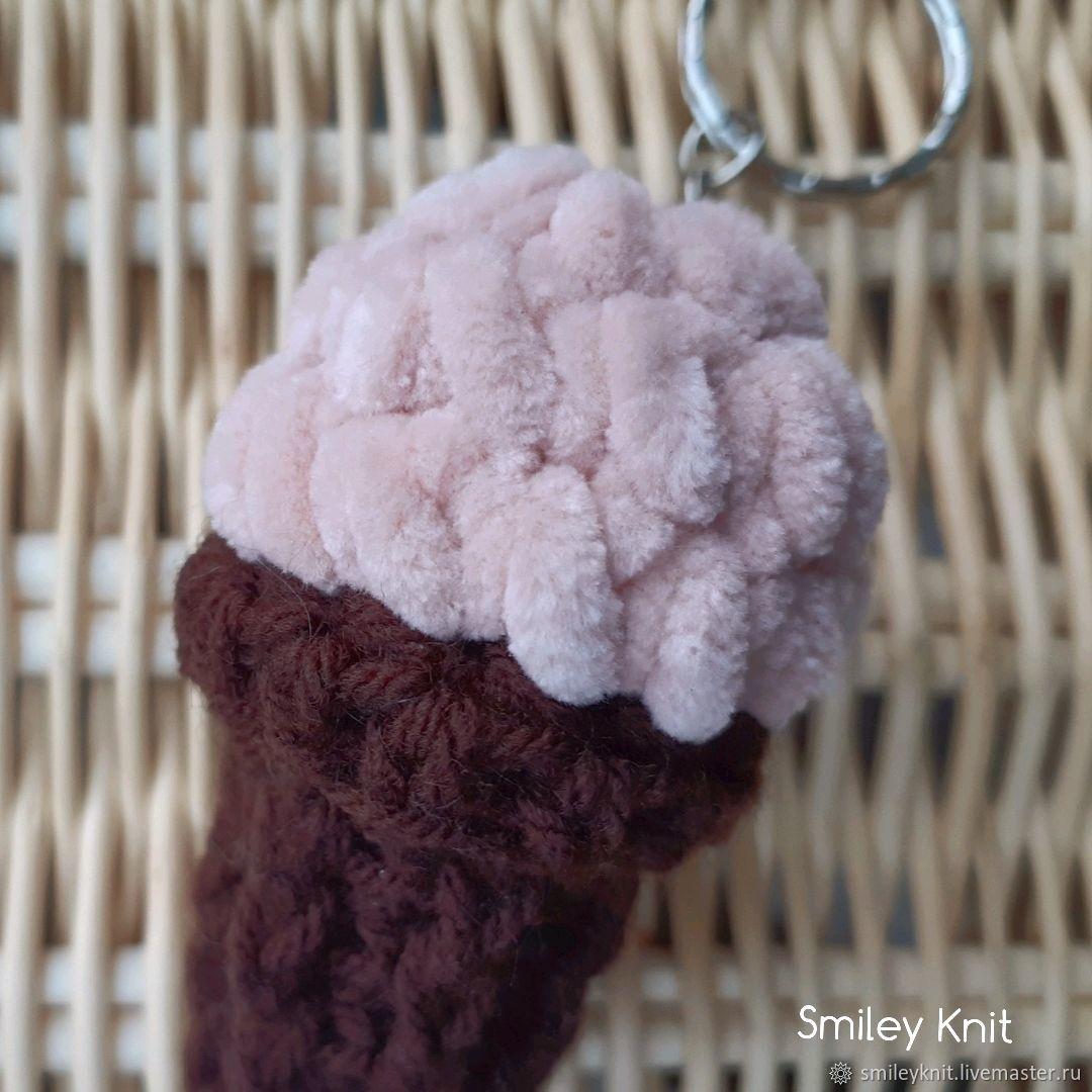 Вязаный брелок мороженное крем-брюле в рожке