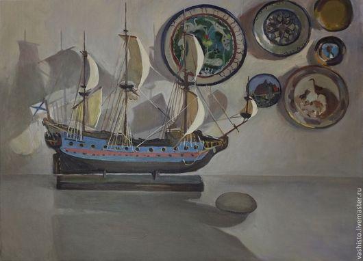 Картина маслом с детским корабликом.  Картина изображает плывущий по гладкой  поверхности стола корабль, висящие на белой стене керамические тарелочки.