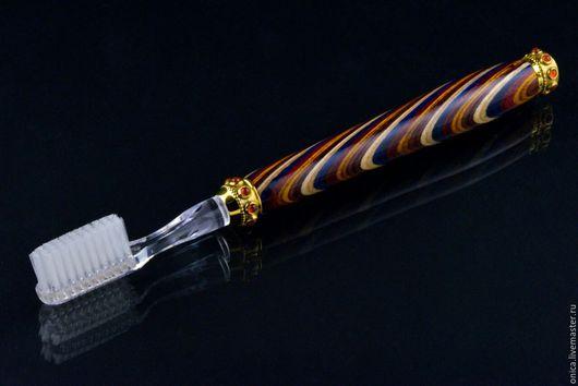 Очень оригинальная зубная щётка (с неожиданным положительным результатом), получилась при использовании разноцветной прессованной фанеры.