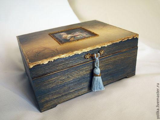 Брашировка подчеркнута глубоким синим цветом и старым золотом.
