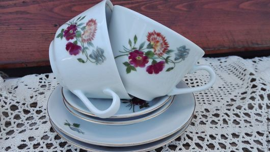 ...две чайных тройки 60-70-х годов прошлого века, производства знаменитой  немецкой фарфоровой мануфактуры, -  KAHLA, времен СССР...