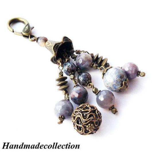 Стильный брелок для ключей, на сумку из натуральных серых агатов `Бронзовый колокольчик` преобразит Вашу сумку и станет Вашим талисманом!!!