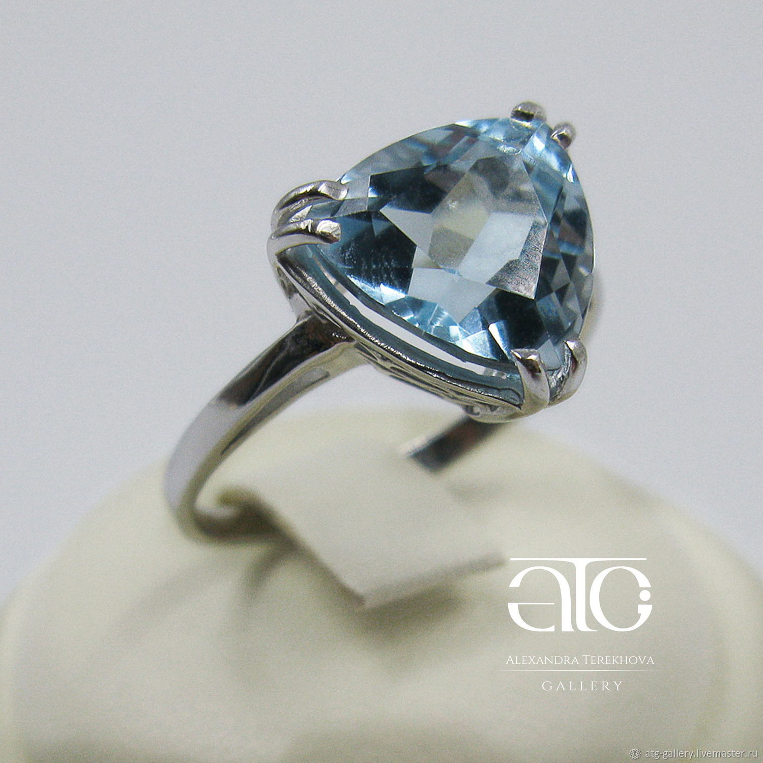 THE ONLY INSTANCE! Delicate ring with a beautiful Topaz!