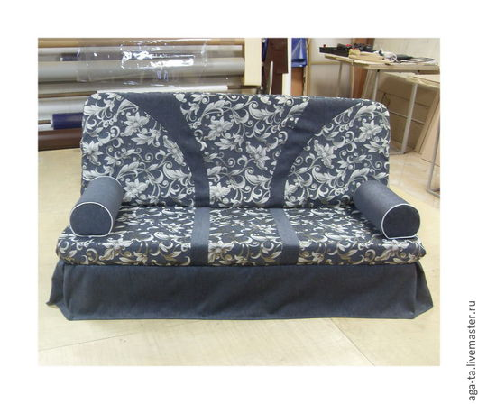 Диван заказчика в чехле и с подушками `валиками`.