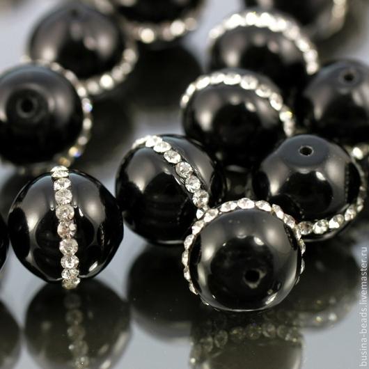 Бусины из облагороженного и тонированного черного агата формы шар диаметром 14 мм  с вклеенными искрящимися стразам для использования в сборке украшений