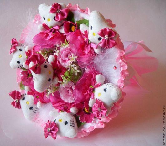 Букет из игрушек Hello Kitty малиновый