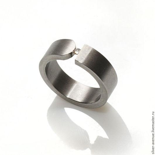 Стильное кольцо из титана с бриллиантом 0,03 карата