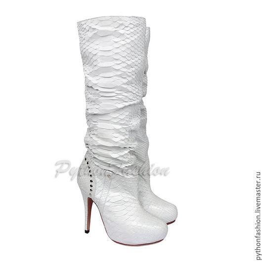 Сапоги из питона. Дизайнерские сапоги из питона на каблуках. Модные женские сапожки из питона. Белые питоновые сапоги на высоком каблуке. Женские сапоги из кожи питона. Сапоги из питона на платформе.