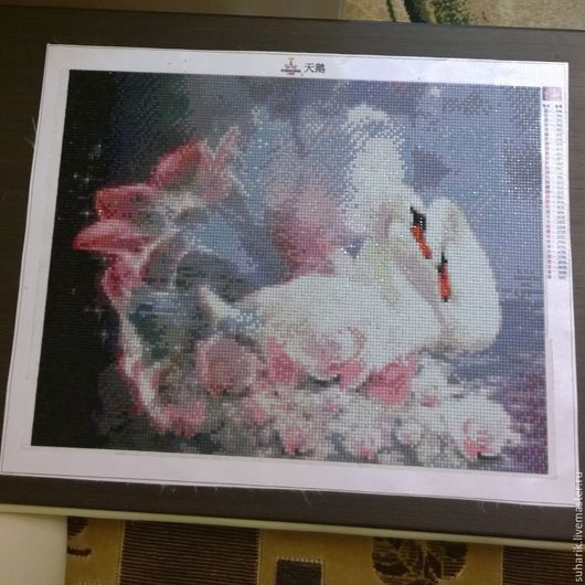 Два белых лебедя в цветах.