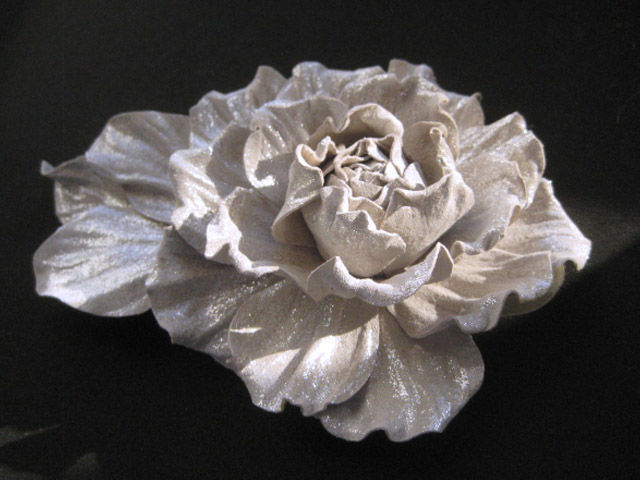 аксессуары из кожи кожаный цветок роза кожаная заколка из кожи заколка с цветком роза серебристая роза брошка  аксессуары для волос цветочная брошь роза цветочная заколка серебристая роза кожаная роза