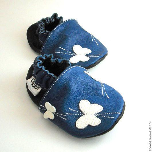 Кожаные чешки тапочки пинетки бабочки белые на синем ebooba