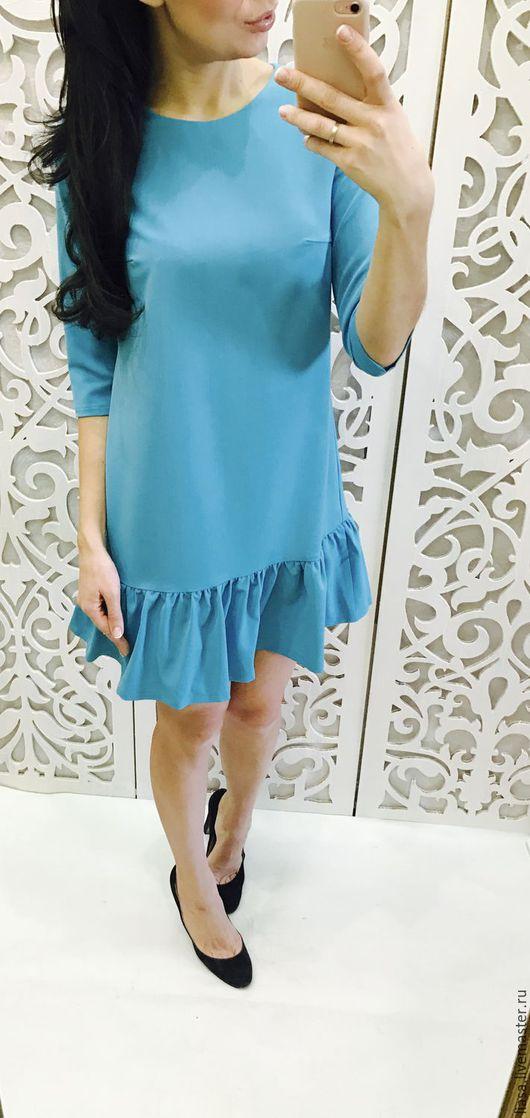 Бирюзовое платье с воланами