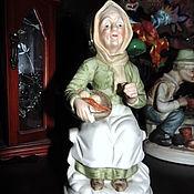 Статуэтки ручной работы. Ярмарка Мастеров - ручная работа Старушка с корзиной фарфор-бисквит. Handmade.