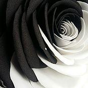 Цветы и флористика ручной работы. Ярмарка Мастеров - ручная работа Черно-белая роза с бабочкой, украшенная стразами Сваровски. Handmade.