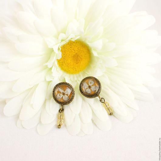 Миниатюрные серьги-гвоздики с настоящими цветками сирени в ювелирной смоле. Автор: Irina Zima.