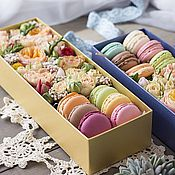 Подарки к праздникам ручной работы. Ярмарка Мастеров - ручная работа Коробка с живыми цветами и макарони в подарок на 8 марта. Handmade.
