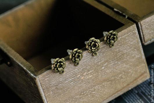 Швензы Цветок с заглушками, в виде гвоздиков.  Диаметр декоративного элемента (цветка) - 10 мм.  Материал основы - металл. Качественная фурнитура для сережек.