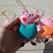 """Подарки к праздникам ручной работы. Ярмарка Мастеров - ручная работа Набор елочных игрушек """"Семья свинки"""". Handmade."""