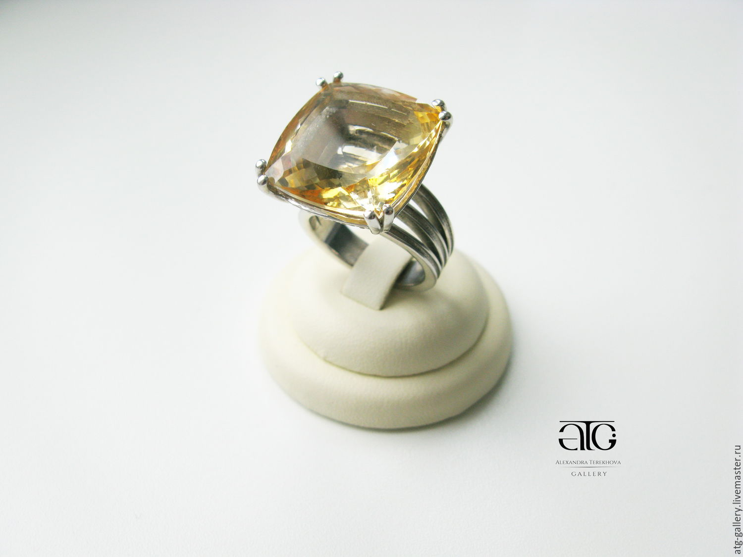 Gorgeous ring with citrine pure 26.00 Carat!