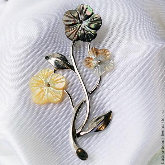 Кулон-подвеска из натурального перламутра в форме веточки с тремя цветами под шнур или ленту. Цветочки из перламутра двух цветов - желто-белого и серого.