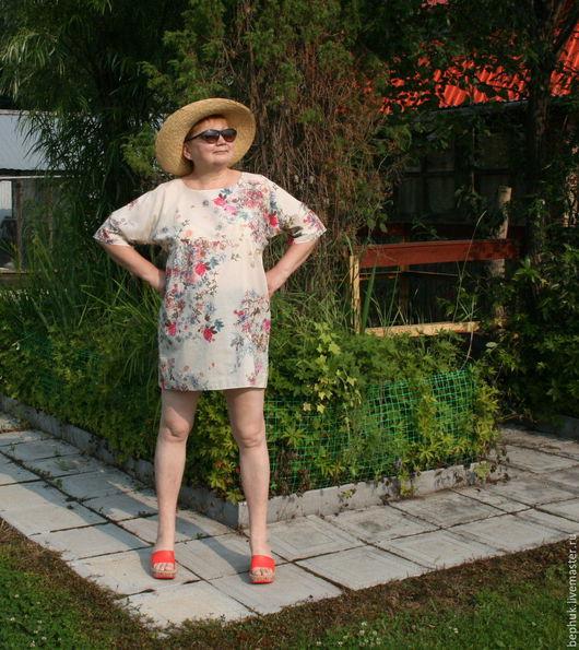 Легчайший батист, утонченный рисунок на бежевом фоне ткани на мини-платье или тунике `Трепет розы` радует.