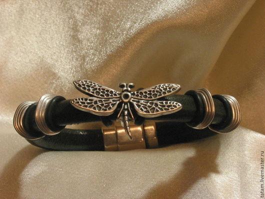 Этот браслет подойдет практически под любую одежду и случай. `Стрекоза на веточке` будет на темно-коричневой коже.