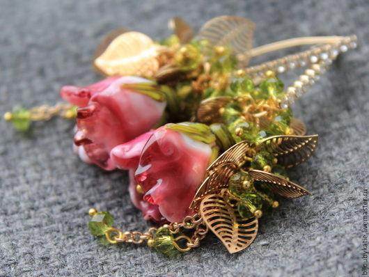 Лэмпорк серьги со стеклянными бусинами ручной работы в технике лэмпворк. Очень красивые и нежные серьги с объемными, скульптурными розами из стекла. Эти розы как будто только сорвали в утреннем саду. Розы будут долго радовать свою хозяйку неувядающей красотой