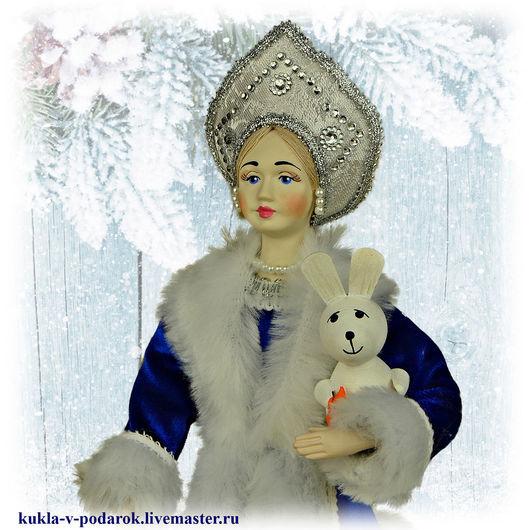 Отличный подарок к праздник Новый год куколка Снегурочка. Отличное цена и качество авторской работы от московской мастерской Кукла в подарок. Ручная работа. Доставка по Москве и Почтой России по миру.