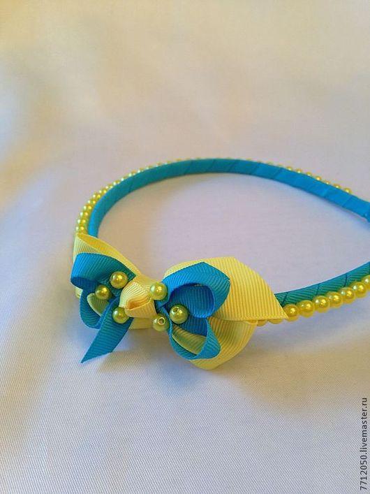 Ободок бирюзовый с бирюзово-желтым бантиком и желтыми жемчужными бусинами.\r\nПрекрасный подарок для маленькой принцессы.\r\nЦена 750 руб.