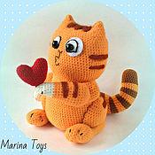 Куклы и игрушки ручной работы. Ярмарка Мастеров - ручная работа стикер кот Персик с сердечком вязаный. Handmade.