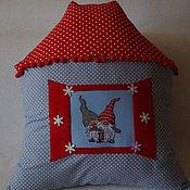 """Подарки к праздникам ручной работы. Ярмарка Мастеров - ручная работа """"Гномики в домике""""новогодняя подушка. Handmade."""