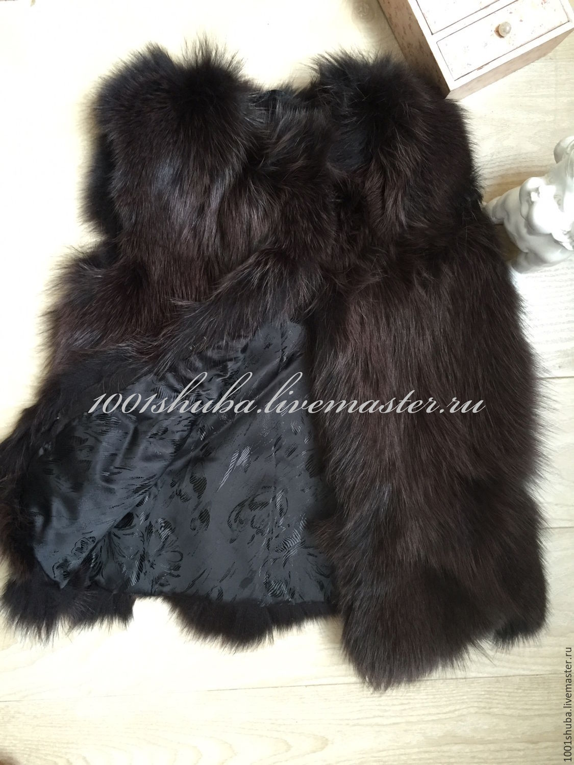 Children's fur vest is made of Fox fur, hooks, length 46 cm, vest without collar, inside lining fabric. In this model the growth 3-5. Tailoring to different age-to-order 7-10 days.