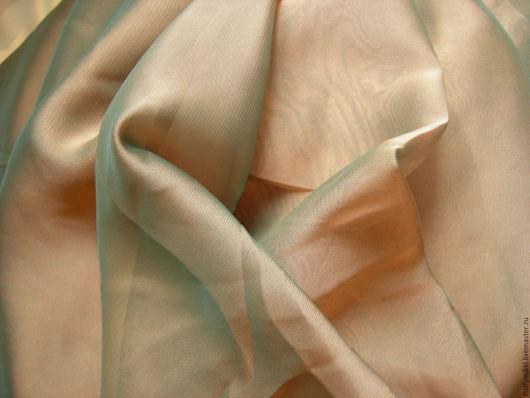 Шифон хамелеон, цвет Киви - переход от коричневого к малахитовому. Оттенок похож на цвет `шкурки` киви. Эффект хамелеона достигается разными нитями утка и основы.