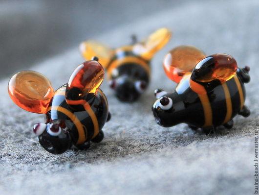 Бусины Пчелка. Бусины стеклянные лэмпворк ручная работа. Бусины для сборки украшений, например в качестве подвесок в серьгах или в браслет, колье, бусы. Пчелка имеет выпуклые ножки, глазки и хвостик