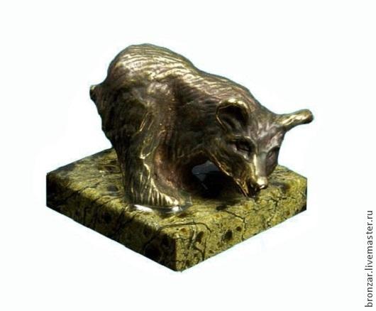 Подарочные наборы ручной работы. Ярмарка Мастеров - ручная работа. Купить Медведь из бронзы идет боком на подставке из змеевика. Handmade.