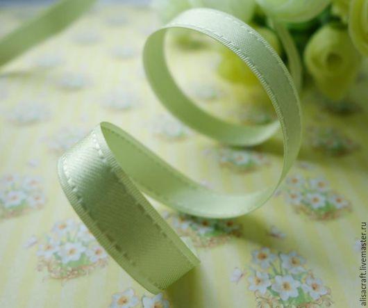 Атласная лента светло-зеленого цвета, 9 мм. Особенность - отстрочка по краям ленты.