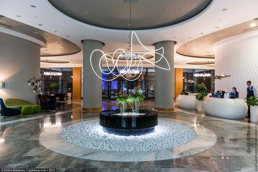 Светильник из кабеля бокового свечения  диаметром 18 мм в отеле Рэдиссон Блю -Сочи. Смонтирован в 2014 г