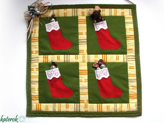 В кармашки-сапожки можно положить маленькие подарки.