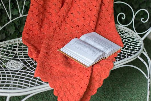 Вязаный крючком ажурный чистошерстяной оранжевый плед. Теплый плед из шерсти меринос связан для домашнего уюта и дачного отдыха, детской фото-сессии и маминой любви. Прекрасно подойдет для подарка как